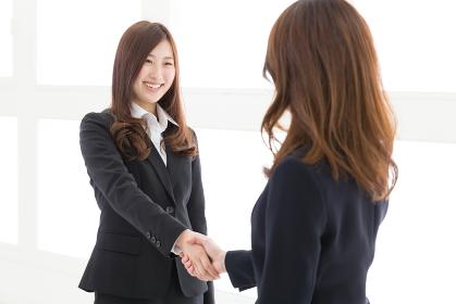 握手をする2人の女性 ビジネス