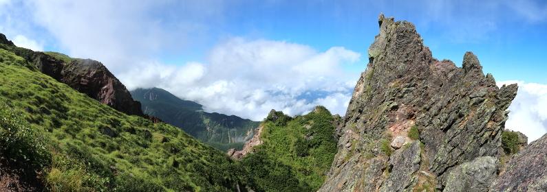 日本百名山「日光白根山」頂上の岩稜帯 (パノラマ)
