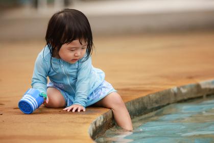 水遊びする女の子
