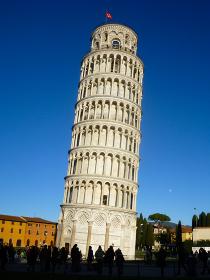 イタリア・トスカーナ州にて傾斜がついた円筒形の世界遺産建築ピサの斜塔
