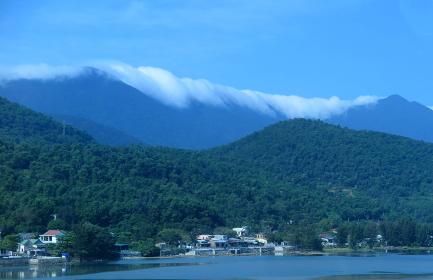 気候の境界、ハイヴァン峠のある山脈にかかる雲(ベトナム)