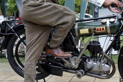 ヴィンテージモーターサイクル、キックでエンジン始動