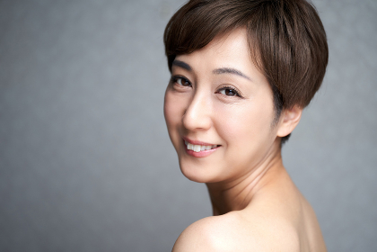カメラ目線で微笑む中年の日本人女性