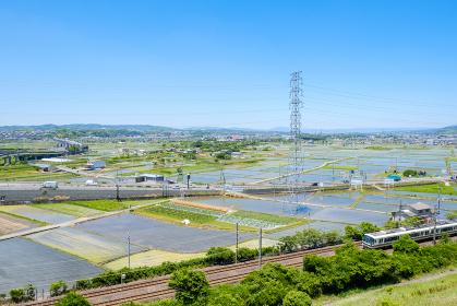 水田と鉄道のある風景 市街地 京都府木津川市 初夏