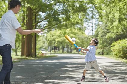 野球で遊ぶ父親と息子