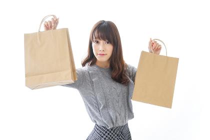 ショッピングをする若い女性