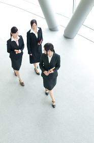 オフィスを歩く3人のビジネスウーマン