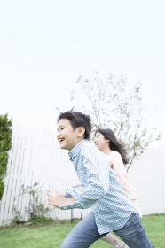 庭を走る姉弟
