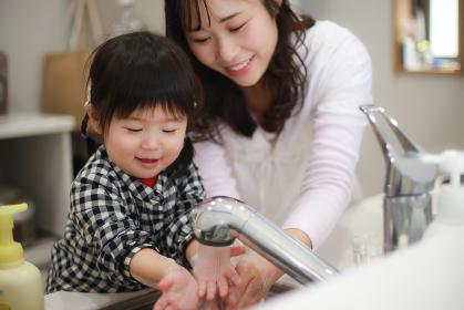 手洗いする親子