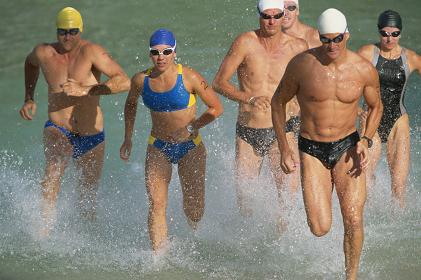トライアスロンで水泳をした人々