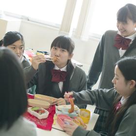 お弁当を食べる中学生