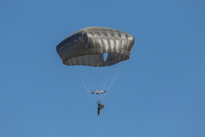 T-11パラシュートで降下するアメリカ軍の兵士(習志野市・千葉)
