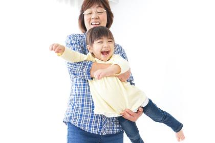 孫を抱っこするおばあちゃん