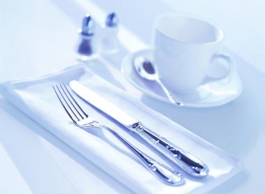 コーヒーカップとカトラリー
