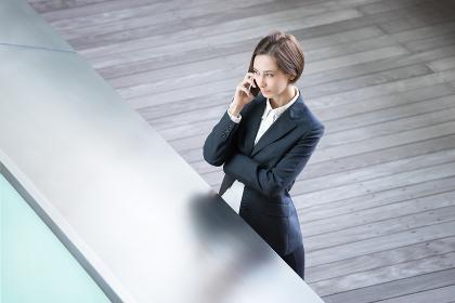 真剣な表情で電話をする若い女性