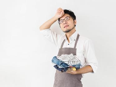 洗濯物をたたむ男性のイメージ
