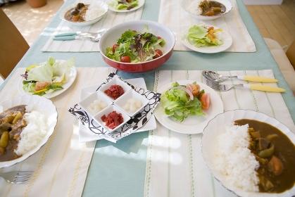 カレーライスの並ぶ食卓