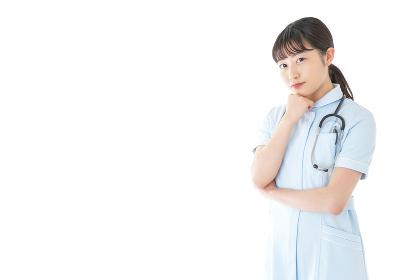 悩む若い看護師
