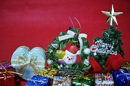 赤バックのクリスマス雑貨のスティルライフ