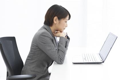 パソコンを見ているビジネスウーマン