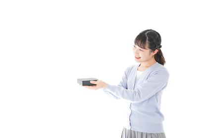 プレゼントを渡す若い女性