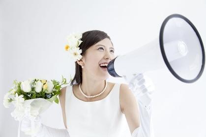 拡声器を持って叫ぶ花嫁