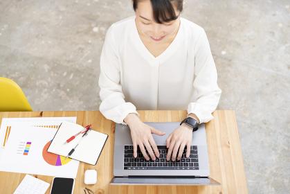 カジュアルな空間で仕事をする女性