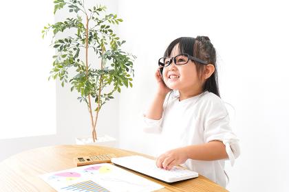 デスクワークをする子どもビジネスウーマン