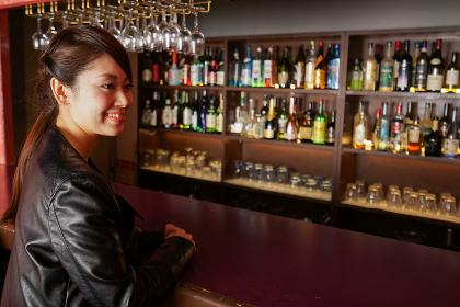 バーカウンターに座る大人の女性