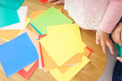 折り紙をする子ども