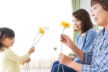 おばあちゃんにお花を渡す子供