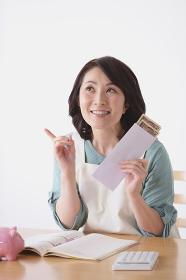 貯金をする40代日本人女性