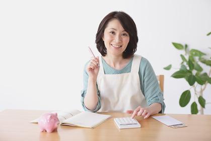 家計簿をつける40代日本人女性