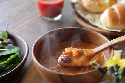 ナチュラルな木の上の野菜と豆のミネストローネのスープ