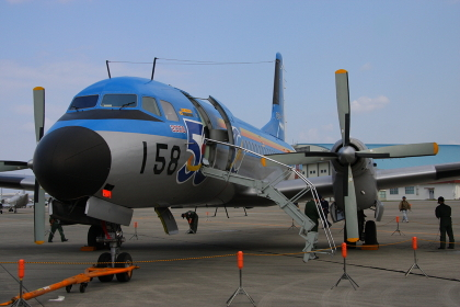 エアステアを展開する航空自衛隊のYS-11型機(2008年撮影)