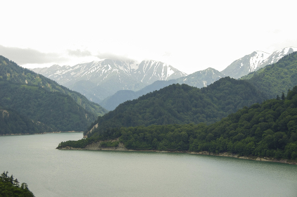 黒部ダムから見る初夏の黒部湖