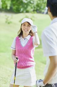 ゴルフをする若い日本人女性