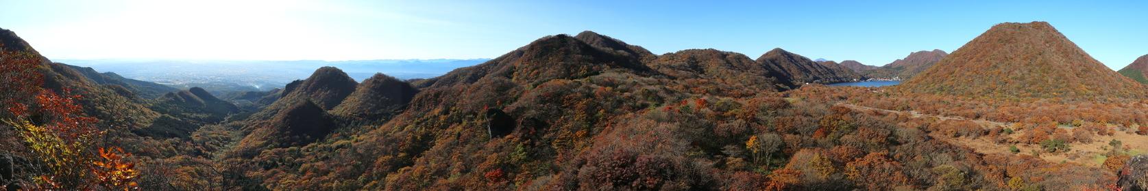 榛名富士と榛名湖と外輪山(榛名山) ~相馬山磨墨岩からの眺望2~ (秋/紅葉)(パノラマ)