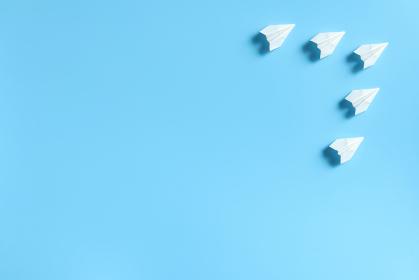 編隊を組んで飛ぶ5機の紙飛行機 2