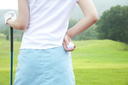 ゴルフボールを持つ女性の手元