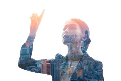 上を指差すビジネスウーマンと都市風景を合成させたイメージ写真
