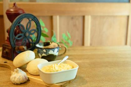 ガーリックバターとコーヒーミル 朝食イメージ