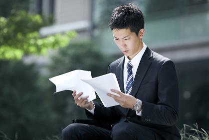 書類に目を通す就活中の日本人男性