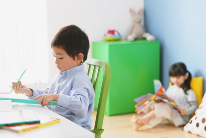 子供部屋で勉強する日本人の男の子