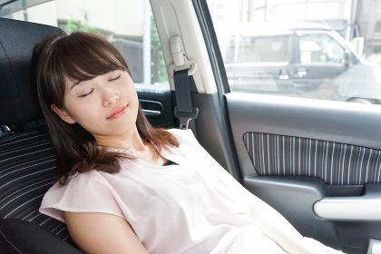 車で寝る女性