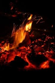 キャンプファイヤーの炎