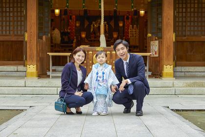 椅子に座る笑顔の七五三の日本人家族