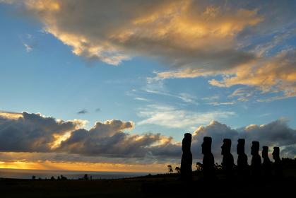チリ・イースター島のアナケナ海岸にて海の夕日のほうを見つめる7体のモアイ像