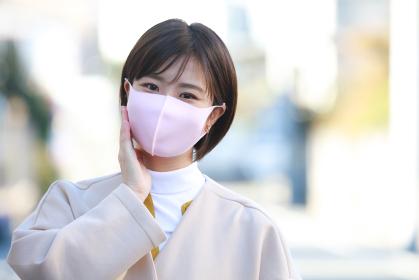 マスクを着ける女性