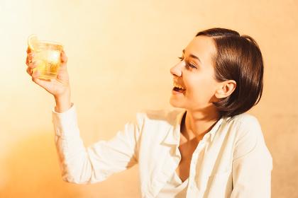 アルコール飲料(お酒・ハイボール・ウィスキー)を飲む女性